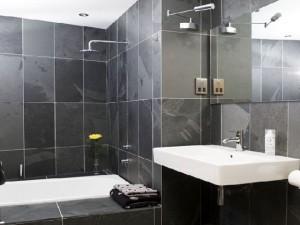 14-decor minimalist baie moderna finisata cu faianta gri inchis