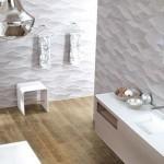 14-design modern baie mare stil minimalist pereti gri si pardoseala cu parchet din lemn