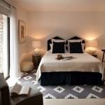 14-dormitor matrimonial decorat in alb cu accente negre