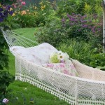 14-hamac agatat de doi copaci solizi din gradina cu flori