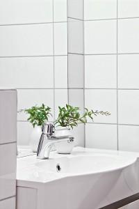 14-lavoar baie moderna faianta alba apartament doua camere semidecomandat
