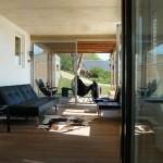 14-living minimalist modern cu iesire spre terasa casa mica Franta