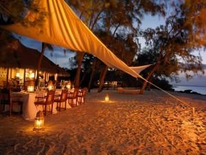14-loc de luat masa amenajat pe plaja din fata casei de vacanta de pe malul Oceanului Indian