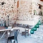 14-loc de relaxare si loc de luat masa pe terasa din exteriorul casei din piatra naturala