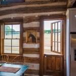 14-pereti interiori casa rustica din lemn construita in 1730 si restaurata dupa 2005