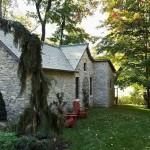 14-vedere spate casa mica noua din piatra construita in stil Tudor