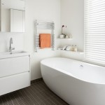 15-amenajare baie moderna alba pardoseala gri inchis
