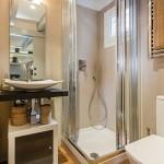 15-baie moderna apartament mic cu doua camere in 20 mp