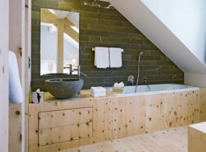 15-baie moderna cu accente rustice amenajata in mansarda