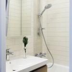 15-cada si lavoar baie moderna cu faianta alba si o fasie de placi decorative