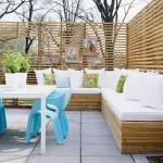 15-canapea coltar din lemn construita langa un gard decorativ din curte