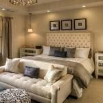 15-canapea eleganta asezata la picioarele patului unui dormitor mare