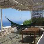 15-casa mediteraneana cu terasa umbrita de o pergola din lemn cu rogojini impletite