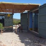 15-casa mica de vacanta din doua containere cu terasa intre ele