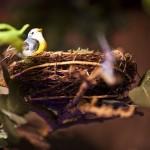 15-cuib pasarele asezat printre crengile copacului asrtificial