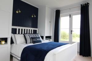 15-dormitor in alb si bleumarin casa mica din lemn 40 mp