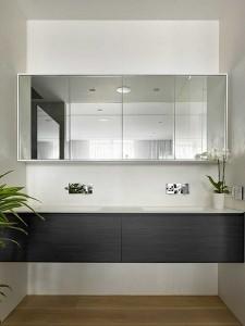 15-doua lavoare albe cu dulapuri din lemn negru decor baie matrimoniala mdoerna