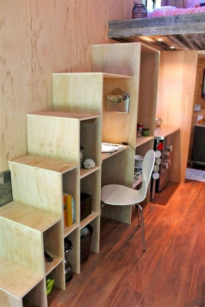 15-etajera din lemn pe post de scara interioara casa mica