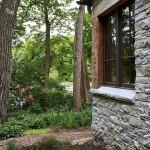 15-exterior casa mica din piatra cu fereastra pe colt