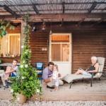 15-familia maik pe terasa din lemn a casutei