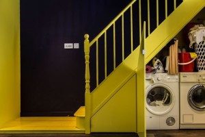 15-masina de spalat si uscator rufe integrate sub scara interioara