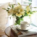15-mic aranjament floral decorativ pe noptiera de la capul patului din dormitor