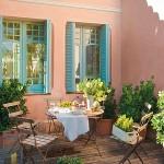 15-mic loc de luat masa in fata casei vechi renovate si restaurate