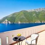 15-terasa uriasa la etajul casei de vacanta din Meganissi Grecia