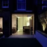 15-vedere nocturna din gradina in apartamentul modern renovat si extins din Notting Hill Londra