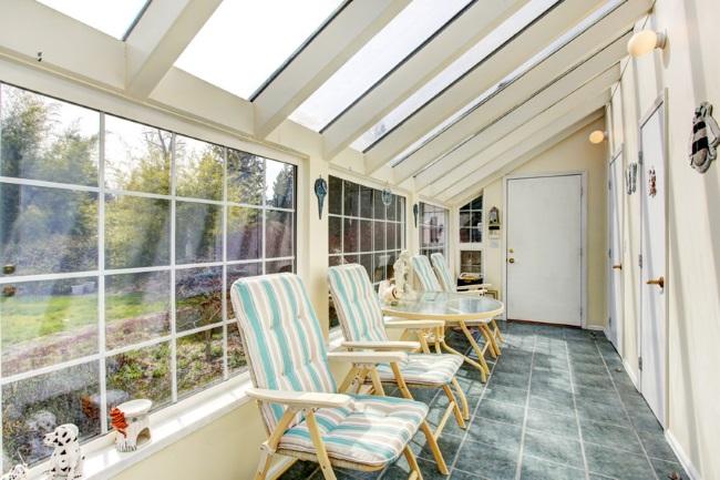 15-veranda ingusta cu ferestre tip velux pe tavanul inclinat