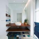 16-baie cu peretii albi si pardoseala multicolora