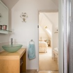 16-baie mare spatioasa amenajata in mansarda case mici de vacanta
