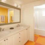16-baie pereti placati cu lambriu alb si portocaliu