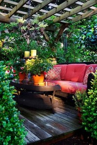 16-canapea asezata la umbra unei pergole din lemn