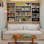 16-decor sufragerie mica biblioteca amplasata in spatele canapelei