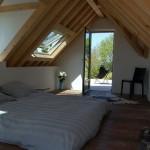 16-dormitor cu iesire spre terasa mansarda casa mica din piatra si caramida