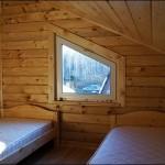 16-dormitor mansarda casa mica din lemn