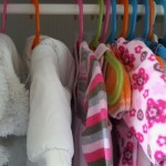 16-hainute bebe agatate pe umerasele din dulapul cu haine