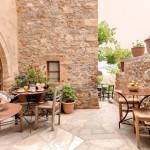 16-hotel Malvasia din Monemvasia curte interioara din piatra