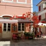 16-in dreapta imaginii o casa bej cu obloane rosii din lemn