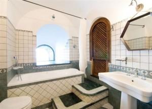 16-interior baie hotel medieval torre di clavel positano italia