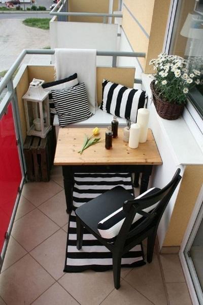 16-mic loc de luat masa in balconul mic al unui apartament de bloc