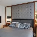16-oglinzi in combinatie cu lemn in finisarea dormitorului