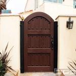 16-poarta pietonala intrare curte model antic din lemn masiv pe cadru din otel cu decoratiuni metalice
