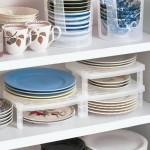 16-suporturi din plastic pentru organizarea eficienta a farfuriilor in dulapurile din bucatarie