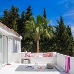 16-terasa mare alba cu accente decorative fuchsia si mov vila de lux Spania