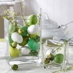 16-vaze din sticla umplute cu oua colorate aranjament decorativ masa Pasti