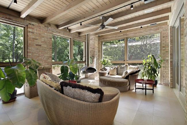 16-veranda spatioasa cu multe ferestre mari si stalpi din caramida