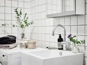 17-baie amenajata si finisata in alb apartament scandinav cu 3 camere