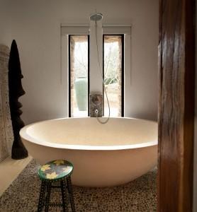 17- baie stil balinez cu cada mare din piatra crem